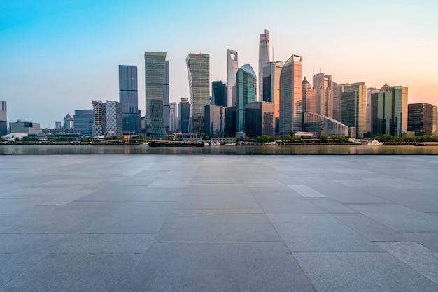 Miejskie wieżowce z pustymi kwadratowymi płytkami podłogowymi