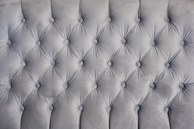 Miękka aksamitna szaro-niebieska tapicerka sofy i meble tapicerowane