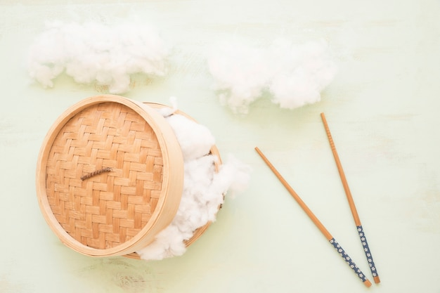 Miękka bawełna w koszyku na parze z pałeczkami