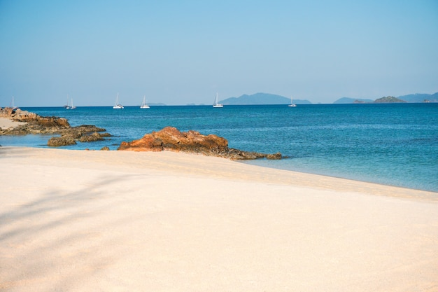 Miękka fala docierała do piaszczystej plaży koh lipe beach w tajlandii