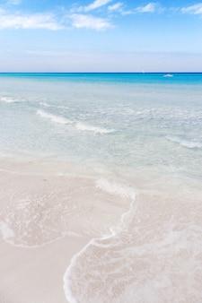 Miękka fala morza karaibskiego na piaszczystej plaży varadero.