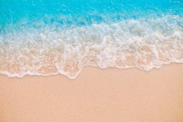 Miękka fala na piaszczystej plaży. tło.
