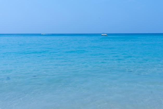 Miękka fala niebieski ocean na piaszczystej plaży.