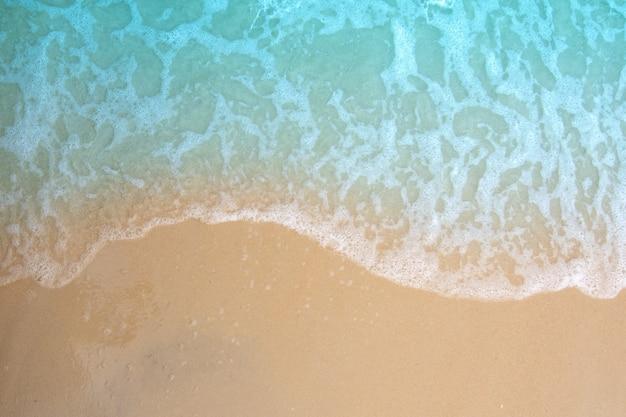 Miękka fala oceanu na piaszczystej plaży.