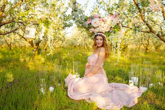 Miękka i zmysłowa kobieta w ciąży z kwiatami piękna dziewczyna w ciąży