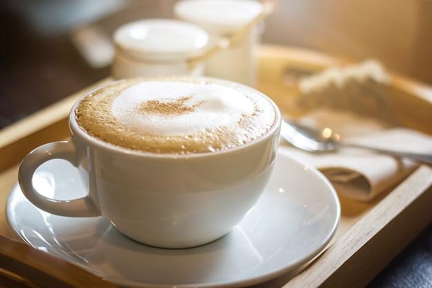 Miękka ostrość na capuccino filiżance, kawa dla tła