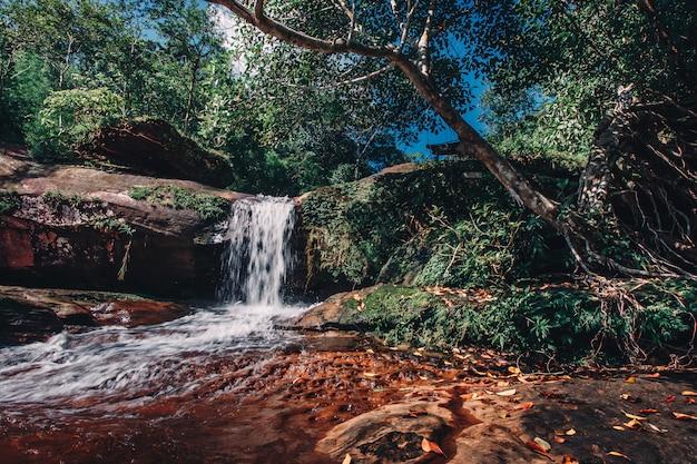 Miękka woda strumienia w parku przyrody wiman thip waterfall. piękna siklawa w lesie tropikalnym