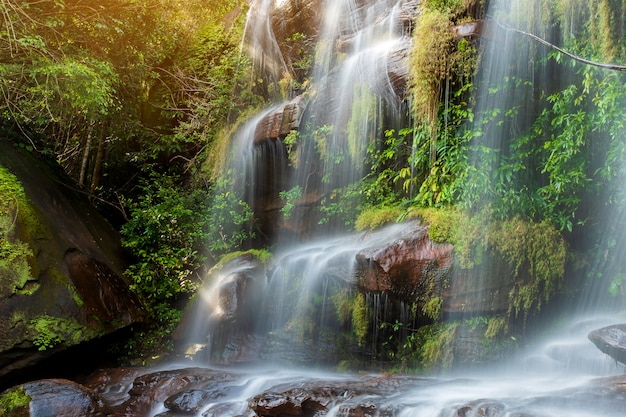Miękka woda strumienia w parku przyrody wiman thip waterfall, piękny wodospad w lasach tropikalnych