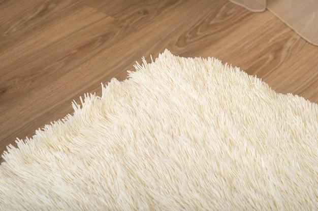 Miękki biały koc ze sztucznego futra w pokoju