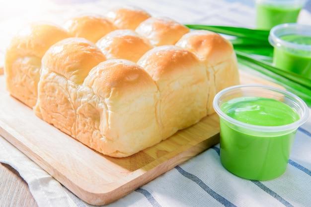 Miękki chleb domowy z chlebem pandan custard