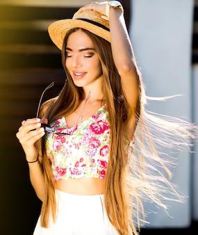 Miękki obraz dziewczyny piękny szczęśliwy stylowe hipster w słomkowym kapeluszu
