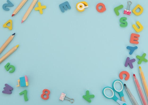 Miękkie angielskie litery i cyfry z materiałami szkolnymi i biurowymi na niebieskim tle. powrót do szkoły