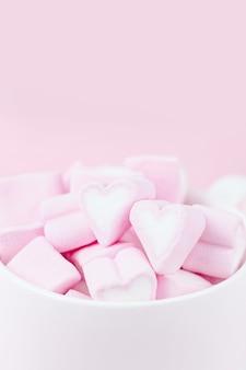 Miękkie bladoróżowe marshmallows serca, kopia przestrzeń. słodka miłość