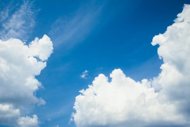 Miękkie chmury błękitne niebo
