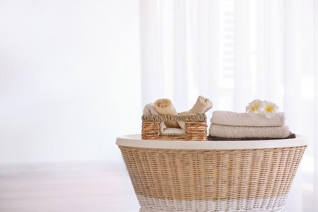 Miękkie, czyste ręczniki z akcesoriami na stole w łazience