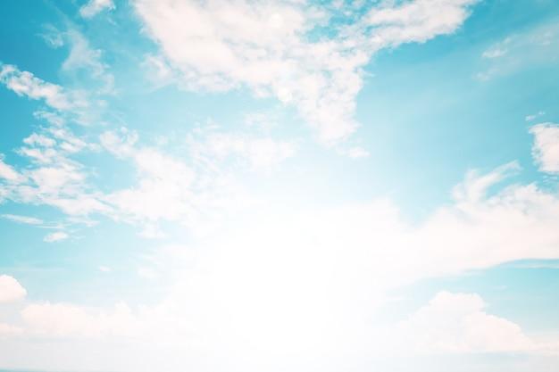 Miękkie niebo z chmurami, pastelowy styl vintage