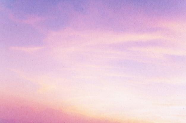 Miękkie pochmurne niebo w słodkim kolorze.