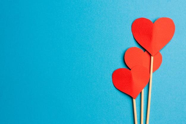 Miękkie serce na patyku dekoracji prezent walentynki wakacje niebieskie tło. wysokiej jakości zdjęcie