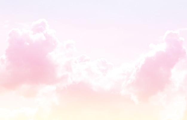 Miękkie zachmurzenie jest gradientowe pastelowe, abstrakcyjne tło nieba w słodkim kolorze.