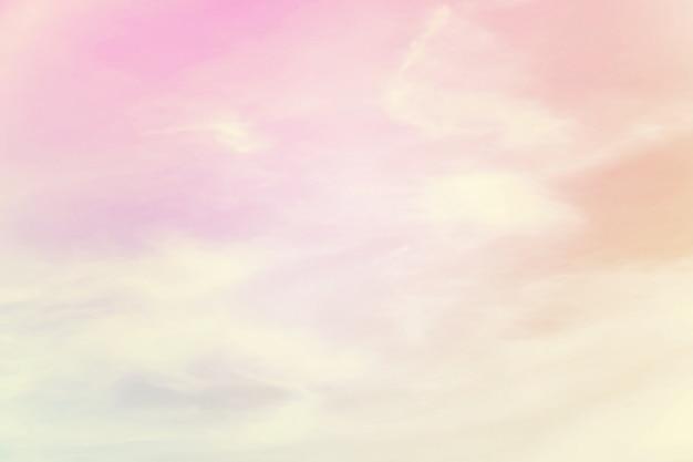 Miękkie zachmurzenie to gradient pastelowy, abstrakcyjne niebo w słodkim kolorze.