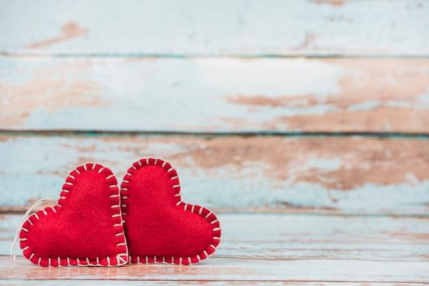 Miękkiej części zabawkarscy serca na drewnianym stole