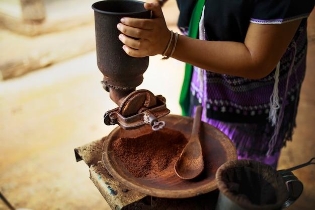 Mielenie nasion kawy według starej tradycji w tajlandii