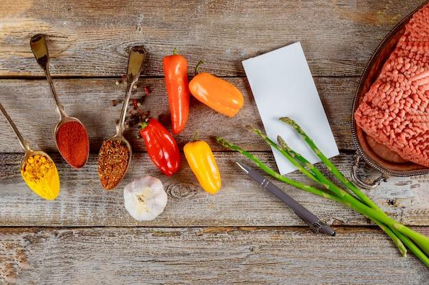 Mielone mięso ze składnikami do gotowania