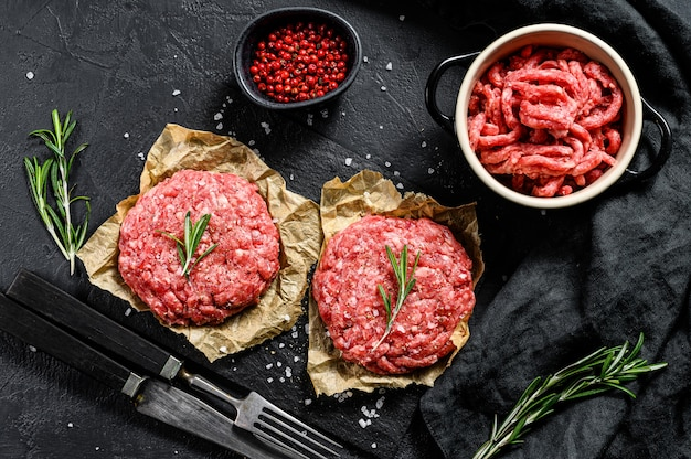 Mielone surowe mięso. pasztety mięsne gotowe do przyrządzenia. impreza grillowa. ekologiczne mięso hodowlane. widok z góry