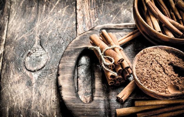 Mielony cynamon w misce. na drewnianym tle.