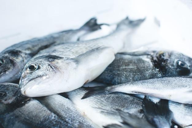 Mieniące się ryby na targu rybnym