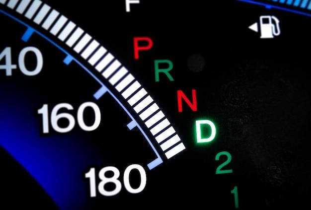Miernik biegów na wyświetlaczu konsoli samochodowej