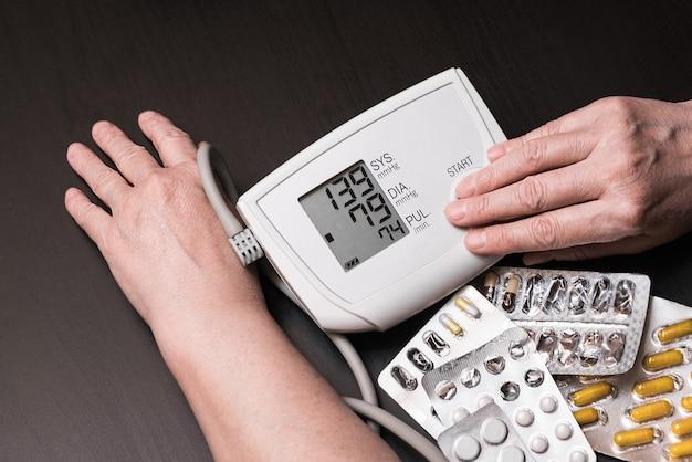 Miernik Ciśnienia Krwi. Tonometr. Pigułki. Premium Zdjęcia