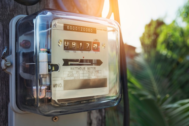 Miernik energii elektrycznej do pomiaru zużycia energii. narzędzie pomiaru licznika energii elektrycznej w watogodzinach z miejsca kopiowania.