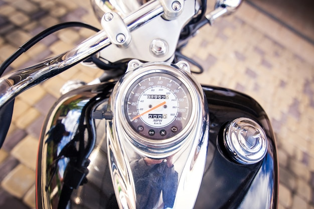 Miernik prędkości na rowerze. stoi na drodze.