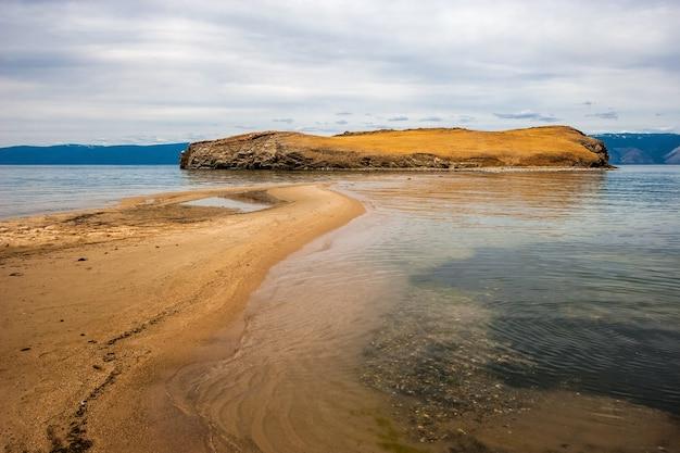 Mierzeja prowadzi na kamienistą wyspę na jeziorze bajkał
