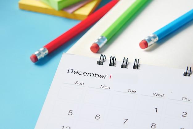 Miesiąc grudzień w kalendarzu na biurku
