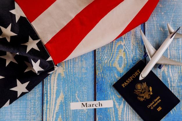 Miesiąc marcowy usa amerykańska flaga z amerykańskim paszportem i modelem samolotu pasażerskiego samolotu