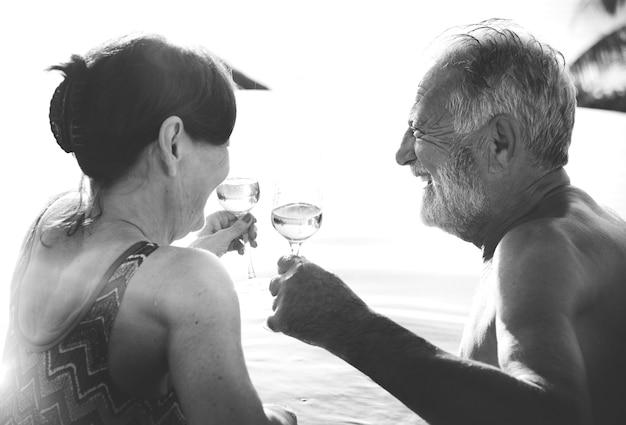 Miesiąc miodowy para korzystających lato