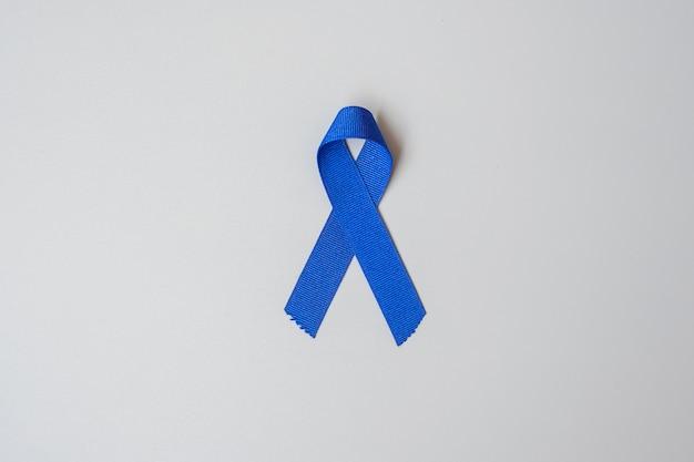 Miesiąc świadomości raka jelita grubego, ciemnoniebieska wstążka do wspierania ludzi żyjących i chorych.