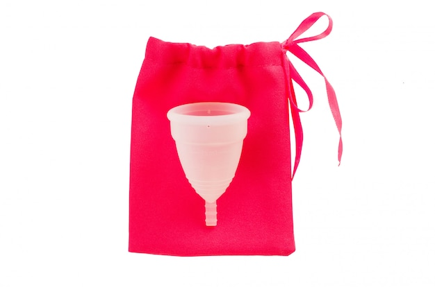 Miesiączkowa filiżanka z torbą odizolowywającą na białym tle.
