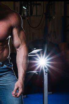 Mięśni człowieka w siłowni