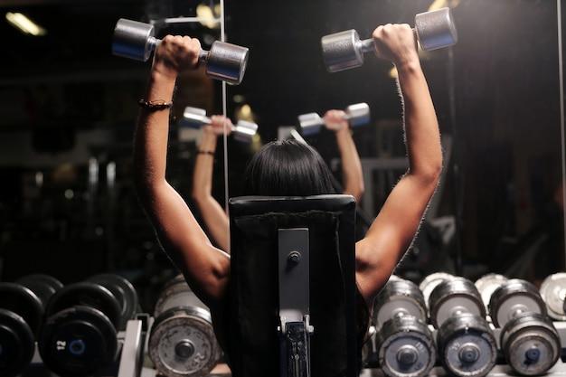 Mięśniowa piękna kobieta przy gym