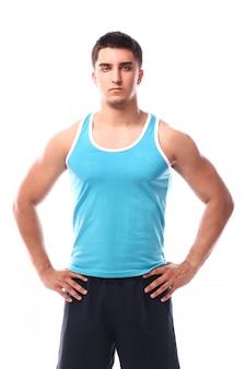 Mięśniowy facet pozuje nad białym tłem