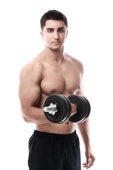 Mięśniowy facet pracujący z dumbbell