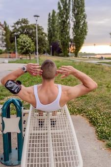 Mięśniowy mężczyzna podczas jego treningu outdoors