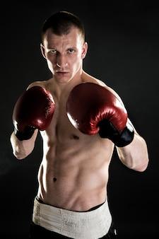 Mięśniowy muay thai, bokserski wojownik portret.