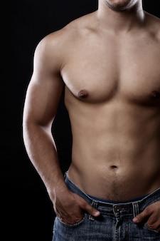 Mięśniowy tułów młodego człowieka