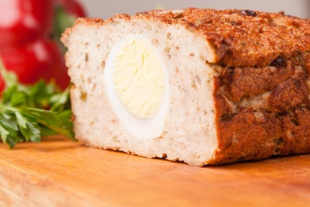 Mięsny chleb od rissole indyka na drewnianej desce