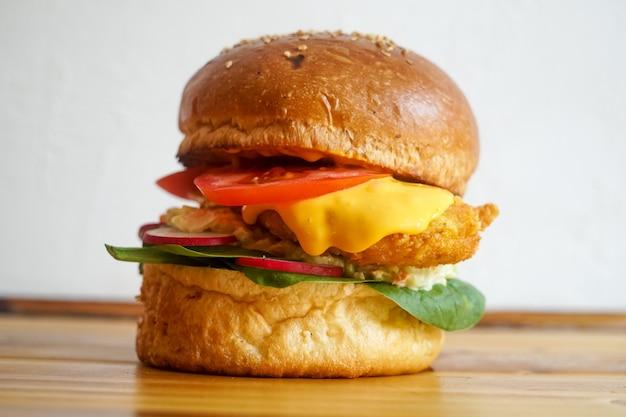 Mięsny hamburger w restauracji