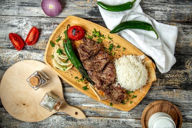 Mięsny kebab z ryżowym cebulkowym widok z góry